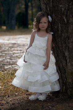K121 Объемная юбка из органзовых полос. Корсетный лиф на шнуровке украшен декоративными розами. Цвет: белый, кремовый. 65% полиэстер, 35% ПА, подкладка хлопок. Размер: от 110 до 152.