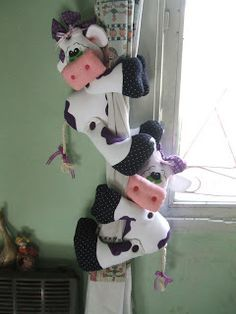 sostener cortinas - vacas Sock Crafts, Clay Pot Crafts, Felt Crafts, Fabric Crafts, Hobbies And Crafts, Diy And Crafts, Arts And Crafts, Cow Kitchen, Felt Cupcakes