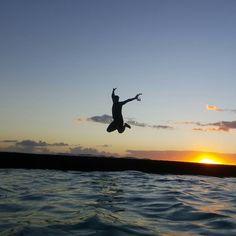 27. 임혜진. . on Instagram: 석양을 등지고 점ㅡ프 날랐네요 참치님  #신혼여행 #허니문 #하와이 #오하우 #와이키키 #honeymoon #hawaii #oahu waikiki #jump #