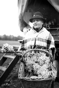 P DX263/2/41 35/14345 : Gypsy flower seller. Smiths Camp, Malvern Link Worcestershire. 1939
