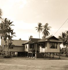 Malay kampung house in Kuala Selangor Vernacular Architecture, Architecture Design, Thai House, Bamboo Garden, Village Houses, Rural Area, Good House, Traditional House, Dream Vacations