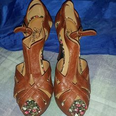 Women's  heels In good conditions 9 out of 10.. Please look at pictures Worn one time Shoes Heels