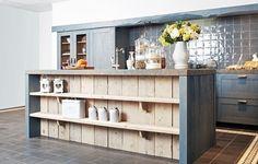 Stoere landelijke keuken met betonnen werkblad, steigerhout en blauwe kleur!