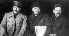 Stalin (links), Lenin (midden) en Kalinin (foto van het Achtste Congres van de Russische Communistische Partij, Moskou, maart 1919)