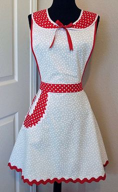 Polka dots and a Peter Pan collar. Polka dots and a Peter Pan collar. Retro Apron, Aprons Vintage, Apron Tutorial, Diy Clothes, Clothes For Women, Childrens Aprons, Cute Aprons, Linen Apron, Sewing Aprons
