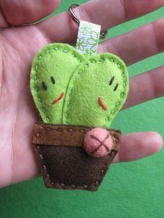Llavero cáctus de fieltro - Imagui Felt Crafts, Easy Crafts, Diy And Crafts, Felt Keyring, Keychains, Pocket Letters, Love Craft, Felt Ornaments, Felt Animals