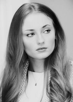 Sophie Turner aka Sansa Stark from Game of Thrones. Sansa Stark, Maisie Williams Sophie Turner, Sophia Turner, Black And White Face, Web Design, Jean Grey, Black And White Portraits, Beautiful Actresses, Pretty People