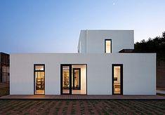 비례감이 좋은 건물은 시간이 지나도 느낌이 여전하다. 정갈한 입면에 창으로 면적을 배분하고, 실내는 몇 가지 자재만으로 충분히 꾸민 집이다. 도심에서 떨어진 전원주택단지에 지어진 주택이다. 전원에서 생활하기 원하는 건축주는 나이가 많은 경우가 많은데