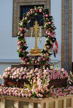 instead of statue ; And different color flowers Altar Flowers, Church Flower Arrangements, Funeral Arrangements, Church Flowers, Funeral Flowers, Wedding Stage Decorations, Altar Decorations, Flower Decorations, Corpus Christi