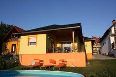 Deze ruime vakantiewoning in #Balatongyörök aan het #Balatonmeer in #Hongarije is geschikt voor maximaal 8 personen. Verder is het super vertoeven in de ruim afgesloten tuin met een zwembad ( lengte 5.50 m, breed 3.60 m en 1.20 m diep). In de tuin vindt u ook een heerlijk ruim zonneterras met een tuintafel en tuinstoelen, parkeerplaats en een overdekte pergola.