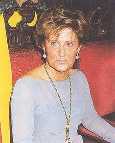Carmen Maroto nació el 21 de julio de 1938.Ha trabajado, entre otros, en proyectos de investigación de la Junta de Andalucía relacionados con el SIDA y la hepatitis C y en investigaciones sobre inmunología y biotecnología de los virus de transmisión hepática.El 16 de marzo de 1999 se convirtió en la primera mujer que ingresaba en la Real Academia Nacional de Medicina en sus 267 años de historia.