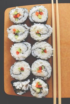 to Make Sushi Without a Mat Includes a great sticky rice recipe, made it for Father's Day and it was a success! How to Make Sushi at Home Baker Recipes, Cooking Recipes, Bento, Sushi Comida, Veggie Sushi, Sushi At Home, Vegetarian Recipes, Healthy Recipes, How To Make Sushi