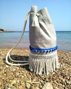 'Breeze' summer sac with blue pom pon. This sac is made of double-layered canvas that makes it extra strong! Pom Pon, Summer Bags, Ropes, Fringes, Breeze, Drawstring Backpack, Bucket Bag, Bag Accessories, Salt