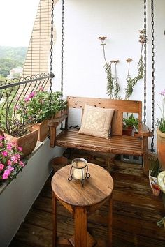 Se você não está acostumado a passar um tempo na sua varanda, acostume-se a fazer desse espaço um local de uso da casa. Vai receber amigos? Se o clima estiver fresquinho e agradável, acenda as velas na varanda e acomodem-se ali. Só depois que começamos a usá-la percebemos o quanto a varanda de um apartamento é um ambiente versátil e convidativo.  A cadeira de balanço em madeira rústica é um charme. Por ser suspensa, facilita a limpeza da varanda.