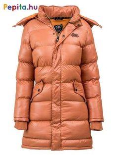 A Snowball hosszú női kabát klasszikus téli viselet. A fagyos évszakhoz idomulva 100% poliészter steppelt anyagból készült, ami jó hőállóságára és kopásállóságára is garancia. Levehető műszőrme szegélyes kapucnival rendelkezik. Winter Jackets, Fashion, Winter Coats, Moda, Winter Vest Outfits, Fashion Styles, Fashion Illustrations
