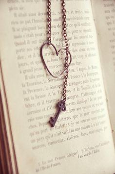 PREORDER rustic copper heart and key necklace. por bellehibou