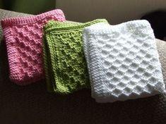 Her er mine første strikkede vaskekluter. De er strikket i Tuva-garnet, og har en heklet kant av fastmasker i 3 rader. Oppskrift på vaskeklu... Dishcloth Knitting Patterns, Crochet Dishcloths, Knitting Stitches, Knit Crochet, Crochet Patterns, Granny Square Häkelanleitung, Granny Square Crochet Pattern, Knitted Washcloths, Knitted Blankets