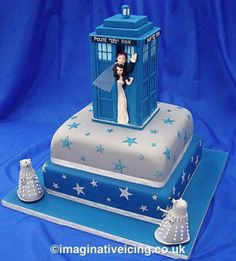 Doctor Who Tardis Wedding Cake.I'd be willing to get married again JUST for this cake! -- Maybe Larry and I can have a Doctor Who renewal of vows :) Bolo Harry Potter, Doctor Who Cakes, Tardis Cake, Dalek Cake, Doctor Who Wedding, Cupcake Cakes, Cupcakes, Shoe Cakes, Gateaux Cake
