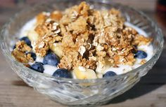 Ontbijt: Yoghurt met blauwe bessen, banaan en honing-havermout ( havermout van te voren en een voorraadje maken?)