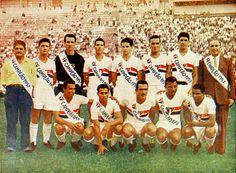 São Paulo campeão paulista de 1957. Guttmann está à direita (cortesia Michael Serra/Arquivo Histórico do São Paulo Futebol Clube) - Fonte: http://www.jogosdosaopaulo.com.br/despedida-bela-guttmann/