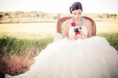 Nuestra foto de la semana es una muestra del trabajo de Rodrigo Vargas, un fotógrafo profesional de Portugal con un enfoque muy especial acerca de su trabajo en las bodas.