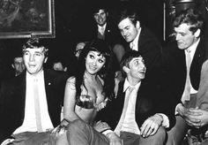 Ajax Theo van Duivenbode, Johan Cruyff, Piet Keizer, Carry Hulshof and Inge Danielson posing with a Turkish dancer during a visit to the restaurant and nightclub Kervansaray. ANP Historical Archive Community - Ajax Amsterdam
