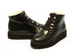 Lesklá černá kůže ve vysokém provedení s vysokou podrážkou, která dává botkám unikátní vzhled. Díky teplému vnitřnímu kožíšku stává ideální zimní obuví, jíž nezaskočí ani sněhová bitva spřáteli.