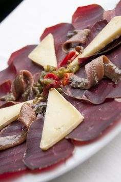 Cecina de Buey Valle del Esla, queso de vaca de Vare en ecológico, anchoas y pimientos naturales. #asturias
