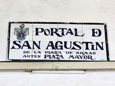 Cacería Tipográfica N° 241: Señal de cerámico ubicada en la pared del Portal de San Agustín en la Plaza de Armas de Arequipa.