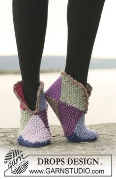 """Court jester / DROPS - free knitting patterns by DROPS design - Court Jester – Knitted DROPS slippers with 2 or 8 colors """"Eskimo"""". – Free oppskrift by DROPS De - Loom Knitting, Knitting Socks, Knitting Patterns Free, Free Knitting, Crochet Patterns, Free Pattern, Knitted Slippers, Crochet Slippers, Love Crochet"""