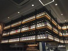 都営三田線 / 神保町駅から徒歩4分のところにある、青二才 神保町店(神田錦町)。神保町テラススクエアの一階にとっても自由な日本酒バルです。ワイワイ楽しみたい方はテーブルで、天気の良い日はテラス席で、個室もあります。ランチメニューは、厳選 真鯛の干物定食 980円、豚の角煮定食 880円、若鶏から揚げ定食 880円などです。店内は、相変わらずの大にぎわい。 みんな、ニコニコで楽しそうです。ゆっくり過ごせるので、とても居心地が良いです。お酒はフルートグラスで提供されます。香りも華やかに引き立ちます。量も5勺=0.5合と少なめで注文できるので、いろいろな銘柄を飲み比べもしやすいです。オススメのお店です。