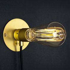 Une applique ampoule dorée