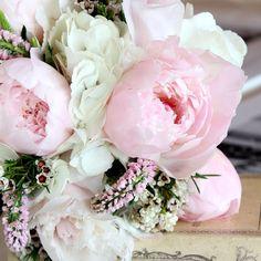 Me encantan las peonías y los ramos redondos. A lo mejor elegiría un tono más claro de rosa.