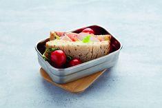 Op zoek naar een praktische lunchboxdie gemakkelijk mee kan nemen? De Point-Virgule lunchbox is geschikt voor een snack mee te nemen of om eten te bewaren in de koelkast. De doos is gemaakt van roestvrijstaal en de deksel van bamboe. De lunchbox heeft een stijlvol en tijdloos design. De lunchbox is niet vaatwasserbestendig, maar je kunt hem schoon maken met een sopje. Le Point, Lunch Box, Ethnic Recipes, Food, Essen, Bento Box, Meals, Yemek, Eten