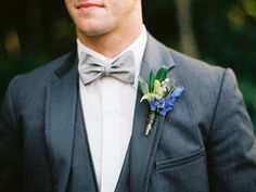 Noivo com traje cinza e azul - Groom in grey and blue | JoPhoto | http://burnettsboards.com/2014/10/lilly-pulitzer-wedding-styles/