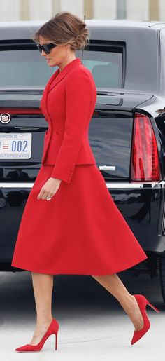First Lady Melania Trump 🌟 Our Lady in Red ! Trump Melania, First Lady Melania Trump, Outfits In Rot, Milania Trump Style, Air Force One, Malania Trump, Trump Train, Donald And Melania, Moda Chic