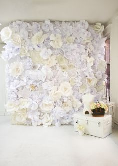 Flower Wall for photo op, AND it looks like a gorgeous decoration piece, AND its easy to make, AND it has a tutorial with an easy way to make paper flowers!!