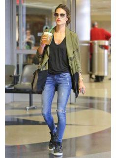 Alessandra Ambrosio    Look de star Rock    Alessandra Ambrosio en jean troué et petite veste kaki à l'aéroport.