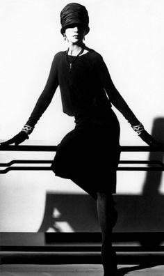 Chanel vintage little black dress Foto Fashion, 20s Fashion, Chanel Fashion, Fashion History, Vintage Fashion, Womens Fashion, Fashion Clothes, Trendy Fashion, Chanel Vintage