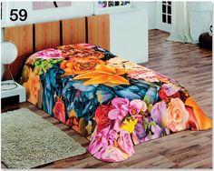 Niebieskie koce do sypialni z różnymi kwiatami