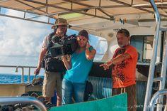 Franck Tehaamatai, l'un des plus important perliculteur de Polynésie, éclaire de ses explications passionnées l'équipe de tournage sur les différentes opérations en cours...