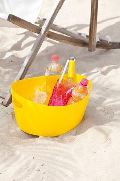 Wohin mit den Getränken beim #Picknick? Mit den BOTTICHELLIS von #Koziol finden die #Getränke auf der Decke ihren geeigneten Platz, ohne durch die Gegend zu rollen. #Eis dazu und schon hat man den perfekten #Getränkekühler.
