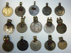 15 Tribal-Münzen mit Glassteinen vintage 30  24 von neemaheTribal