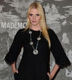 Lara Stone en bijoux diamants Chanel Joaillerie et petite robe noire