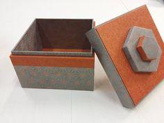 Petite boîte simple recouverte de papier PVC orange et de papier sashiko gris/cuivre, réalisée par L'Eclat de Verre de Reims Cormontreuil. #cartonnage #diy #papiers