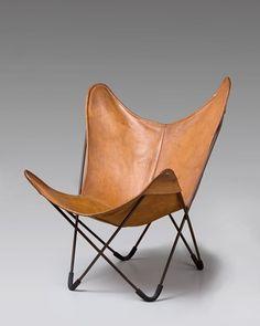 """La silla BKF, también conocida como """"Butterfly"""" (""""mariposa"""" en inglés) es una silla de acero y cuero diseñada en Buenos Aires los arquitectos Bonet, Kurchan, Ferrari, fundadores del colectivo Grupo Austral al que se unieron otros arquitectos, artistas e intelectuales. Se convirtió en el símbolo del diseño nacional argentino en el mundo.Barcelona and Modernity:Picasso, Gaudi, Miro, Dali at Cleveland Museum of Art: """"BKF Chair"""" by Austral Grupo"""