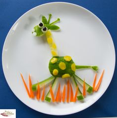 Fun food art - fun healthy, creative food for kids big and small Edible Crafts, Vbs Crafts, Edible Food, Food Crafts, Edible Art, Cute Snacks, Cute Food, Good Food, Snacks Kids