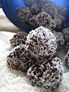 Chocolate truffle recipe that is healthy and delicious! Ingredients: coconut oil, raw honey, cocoa powder, vanilla, shredded coconut
