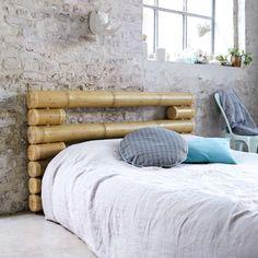 cabeceira de cama feita com paus de bamboo