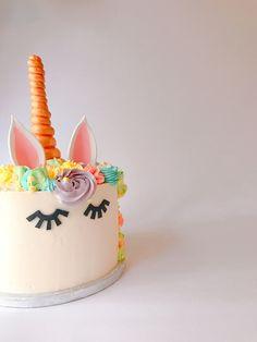 Super Happy dat ik weer deze geweldige taart heb mogen maken. Mijn grootste voldoening haal ik uit geweldige lieve klanten die keer op keer bij me bestellen ❤️ wil jij ook zo'n prachtige taart? Laat het me weten 🤗 • #shs #studiohappystory #cakes #cakestudio #designercakes #creativecakes #girlboss #business #online #design #foodie #unicorncake #unicorn #eenhoorn #blijeklanten #happycustomers #cakedesign #soononline #verjaardag #firstbirthday #buttercreme #flowers #pastel #colours…